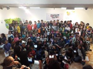 El arte rescata sonrisas escondidas entre escombros de terremoto en Ecuador