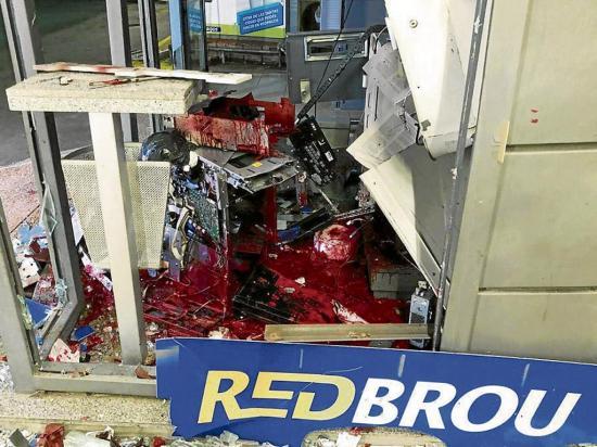 Delincuentes explotan un cajero automático