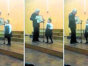 Niña canta en quechua en  un homenaje