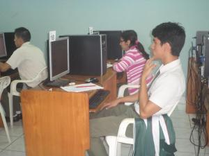 Alumnos ensayan en simuladores