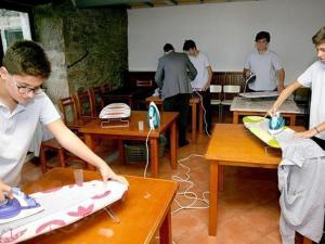 Un colegio  enseña a planchar