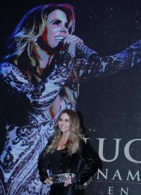 La mexicana Lucero lanza su propia marca de ropa y zapatos gracias a 'fans'