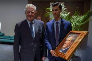Vargas Llosa recibe doctor honoris causa en una universidad ecuatoriana