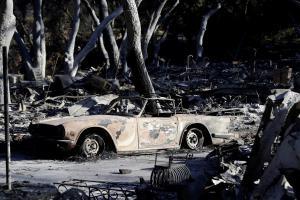Los muertos por los incendios en California alcanzan medio centenar
