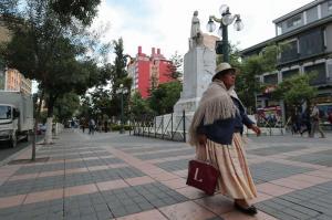 Bolivia: La estatua de Colón en La Paz aparece con carteles que piden su retirada