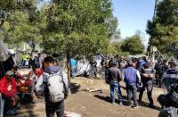 Reubican venezolanos que estaban en precarias condiciones en las afuera de un terminal