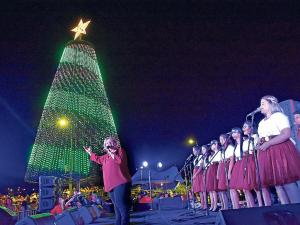 Noche mágica, se encendió el nuevo árbol de Navidad de Medios Ediasa
