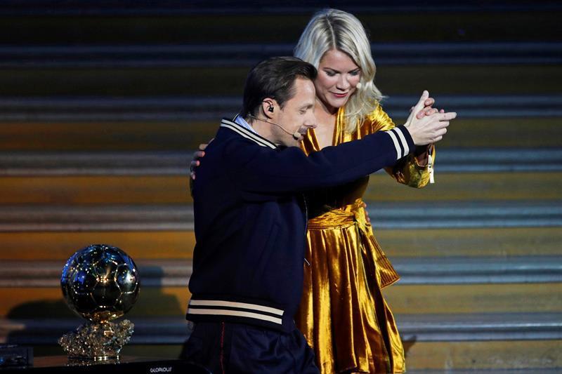 Critican el 'ridículo sexismo' de la entrega del Balón de Oro femenino