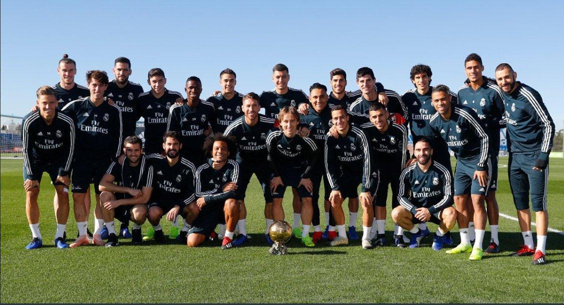 Modric comparte su balón de oro con sus compañeros antes del entrenamiento