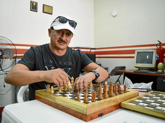 Es profesor de ajedrez para no videntes