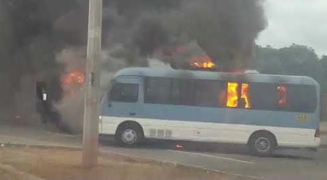 Queman tres microbuses en Honduras por alza de pasaje de transporte