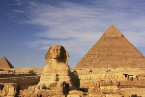 Escándalo en Egipto por pareja que subió y se desnudó en una pirámide