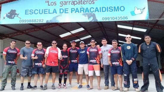 Paracaidistas de San Vicente realizan curso con el récord Guinness Ernesto Gainza