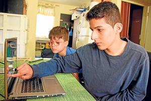 A los 14 años Adam se gradúa de bachiller