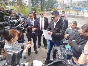Fernando Balda presenta denuncia contra Rafael Correa por supuesto peculado