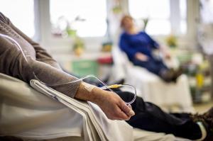 En riesgo atención a 9.000 pacientes con cáncer por deuda del IESS