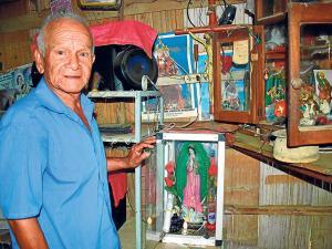 Viven solos y trabajan después de los 65 años