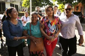 Dejan en libertad a joven juzgada en El Salvador por intento de aborto