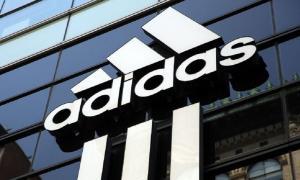 Futbolista es obligado a usar zapatos y ropa de la marca alemana Adidas