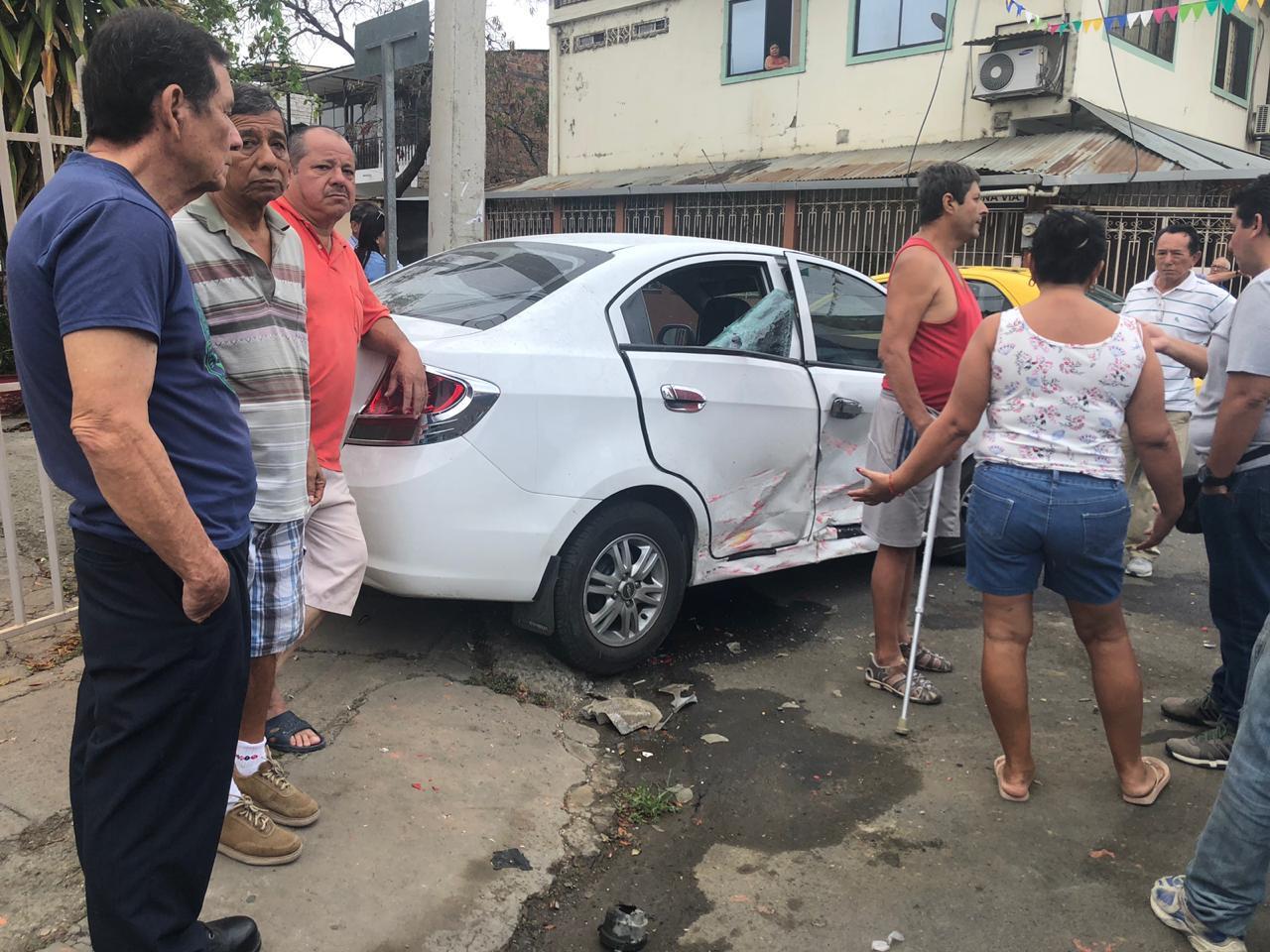 Choque de dos vehículos en la Atahualpa y García Moreno