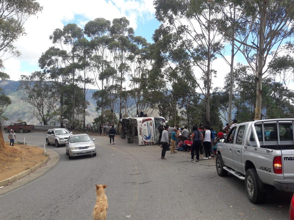 Al menos diez heridos al volcarse un bus de pasajeros en Loja