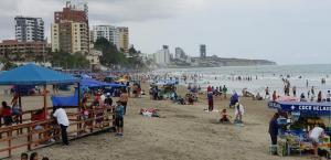 Las playas de Manta acogen a turistas nacionales en el primer día del 2019