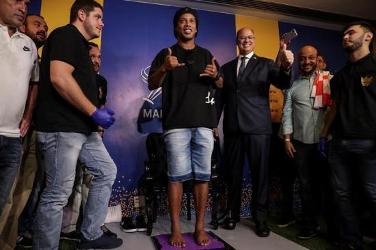 Ronaldinho recibe homenaje en Maracaná y pasa a ser parte de su paseo de fama