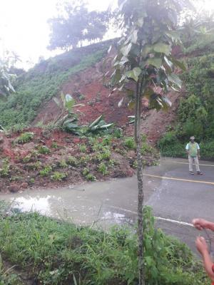 La vía Pedernales-El Carmen estuvo cerrada por deslizamientos