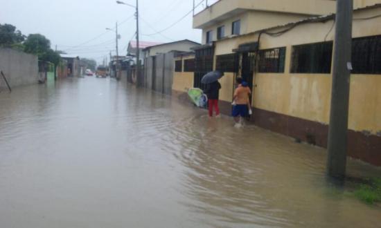 Fuerte aguacero inunda varias calles en Bahía de Caráquez, Leonidas Plaza y San Vicente