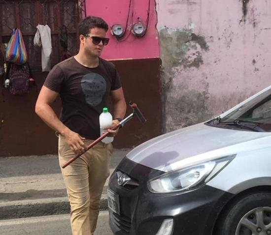 Un 'Brad Pitt' venezolano limpia parabrisas y roba suspiros en Portoviejo