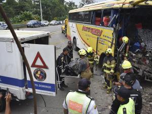 Choque entre un bus y tráiler deja 4 muertos