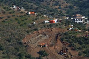 Ultiman plan de seguridad para llegar al niño que cayó en un pozo en España