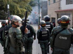 Maduro vence rebelión militar horas antes de que la oposición tome las calles