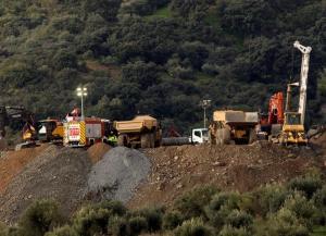 Trabajo titánico para cavar y rescatar al niño español caído en un pozo