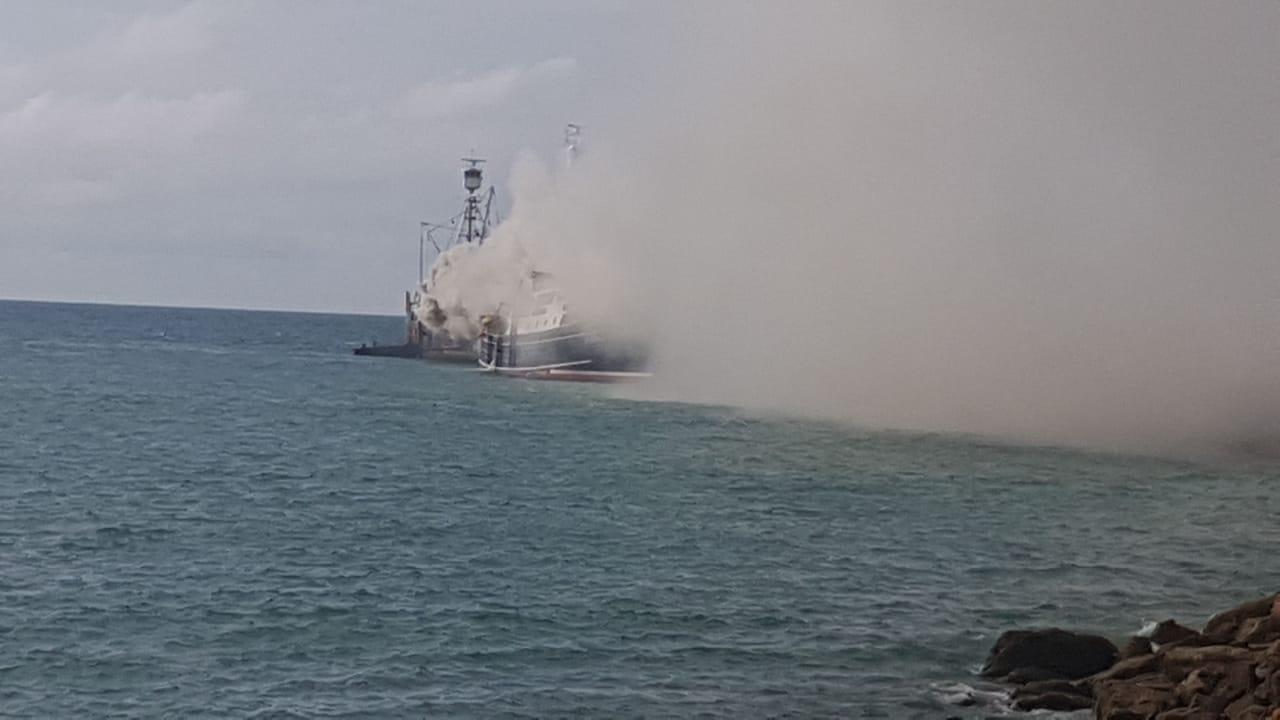 Reportan incendio de un barco en muelle privado de Jaramijó