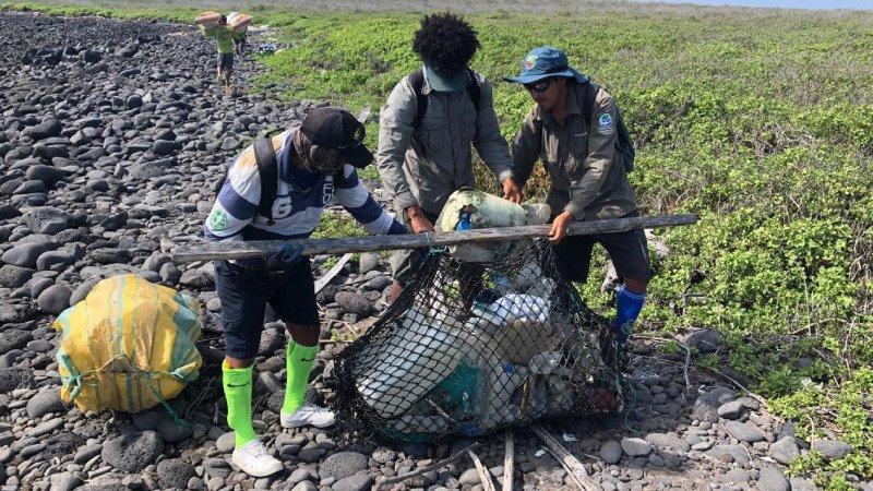Retiran más de 4,5 toneladas de basuras de las costas de las Galápagos