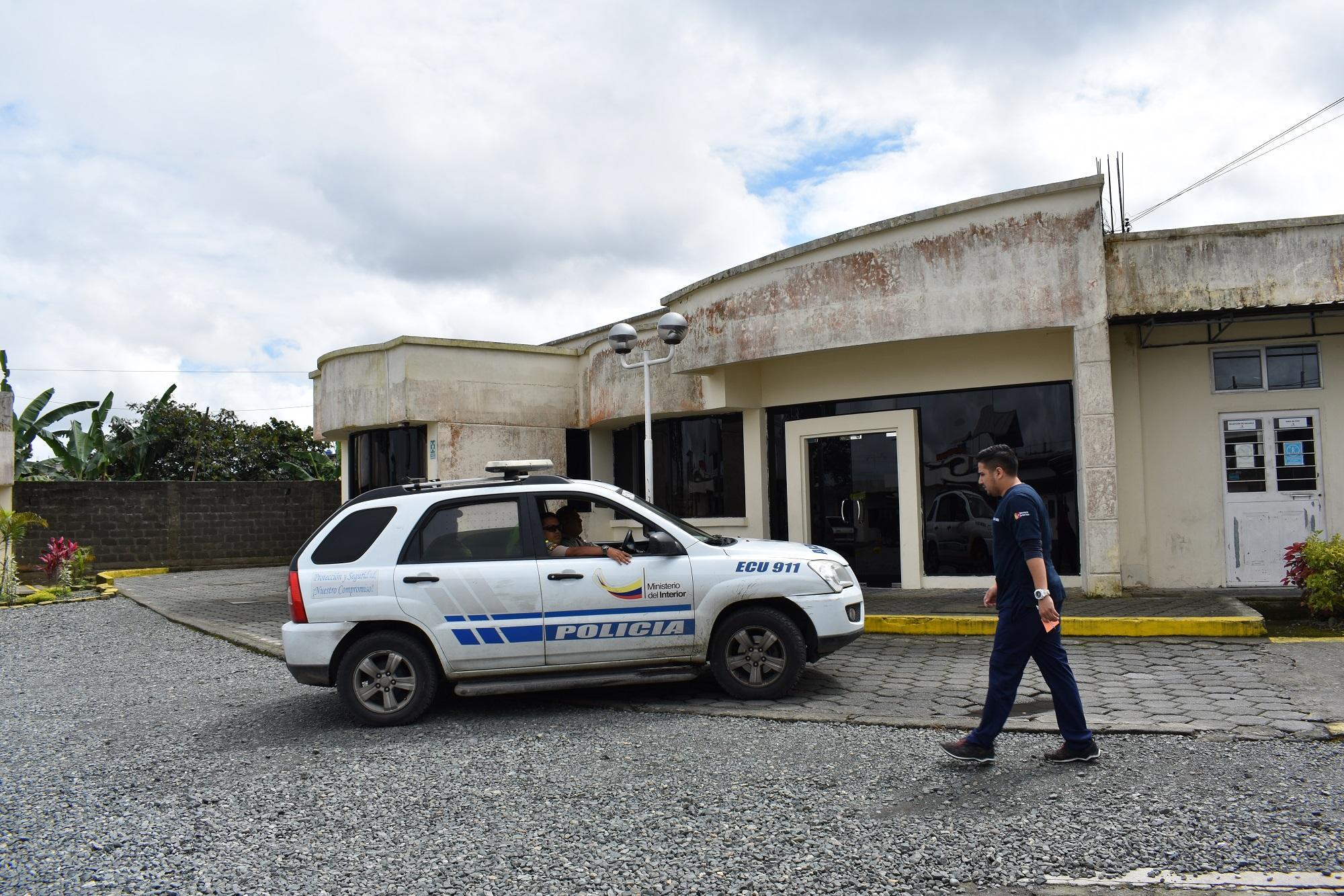 Policía allana centro médico