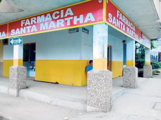 Tres hombres armados asaltan una farmacia