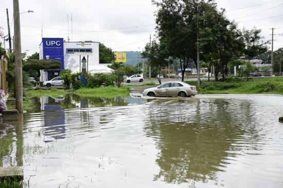 Calles y casas inundadas en Portoviejo tras pertinaz lluvia