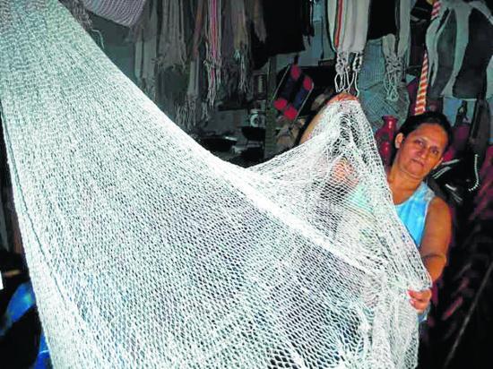 Mujeres mantienen  tradición de fabricar redes