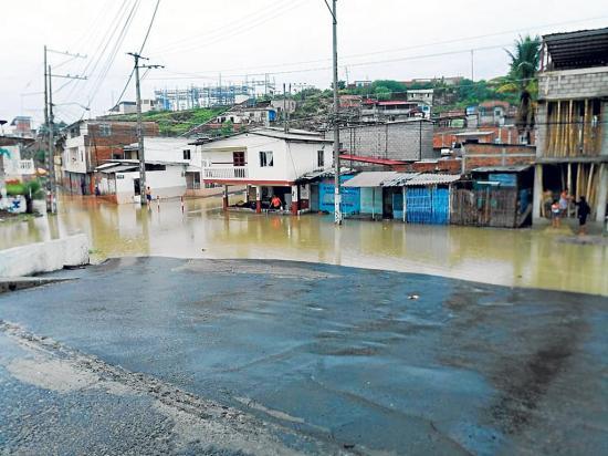 Una lluvia intensa inundó casas en Portoviejo y Manta