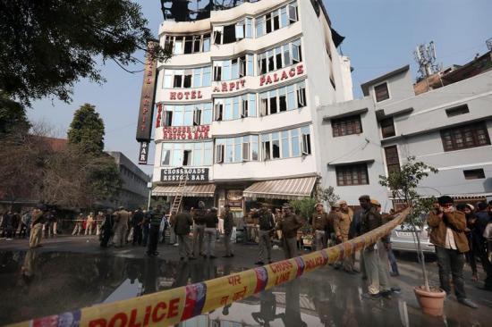 Al menos 17 muertos en un incendio en un hotel de Nueva Delhi