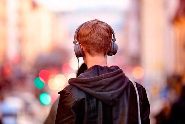 Recomendaciones de OMS para evitar pérdida de audición por uso de auriculares