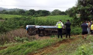 Un muerto y 14 heridos tras accidentarse un bus en la vía Rocafuerte-Tosagua