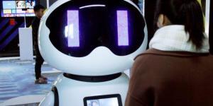 Crean un robot inteligente que cuida de la gente mayor que vive sola