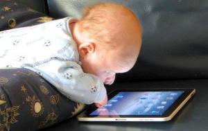 El riesgo de dejar a los bebés en manos del celular para entretenerlos