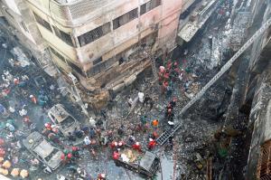 Un masivo incendio en el casco antiguo de Dacca dejan al menos 70 muertos