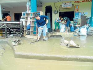 Santa Ana: La inundación dañó todo a su paso