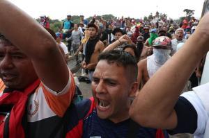 Bloquean el paso a camiones que llevan ayuda desde Colombia para Venezuela