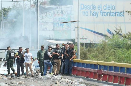 Incertidumbre en puente entre Colombia y Venezuela tras disturbios por ayuda